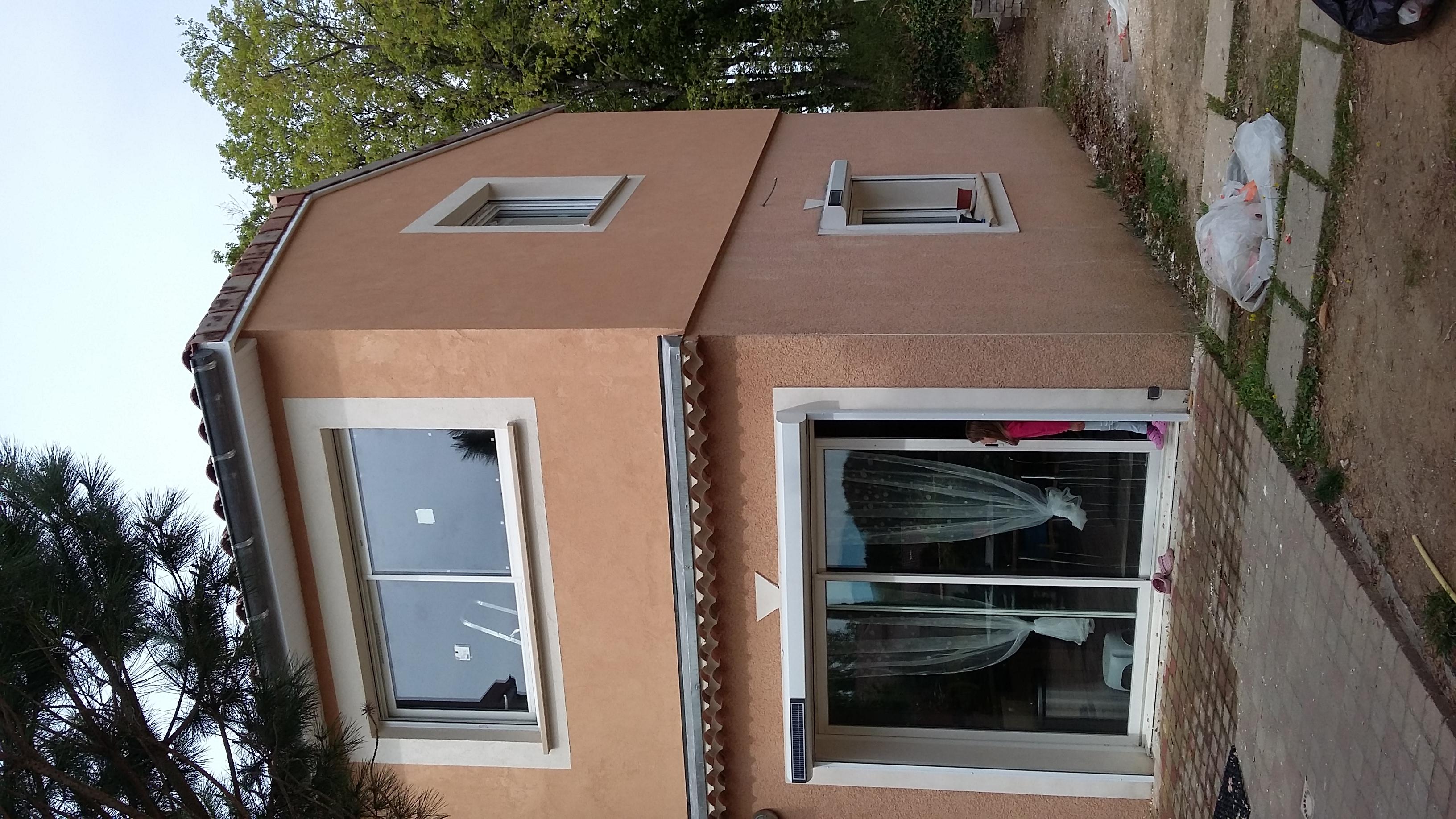 Application des enduits avec entourage des fenêtres